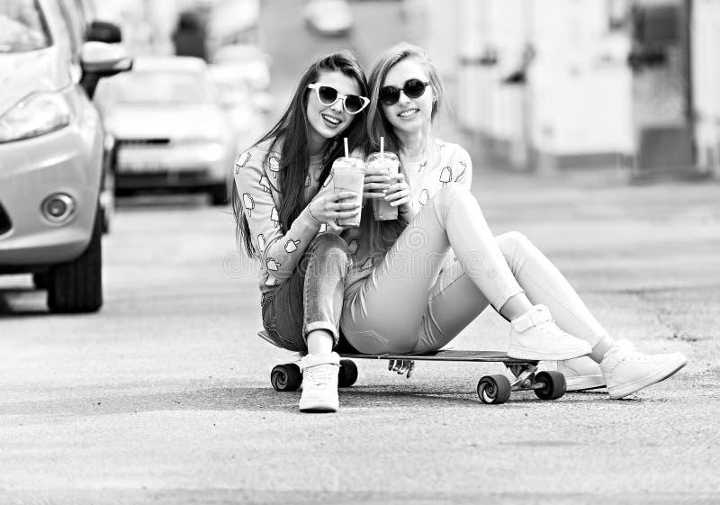 Levantamento bonito das amigas do moderno das moças foto de stock royalty free