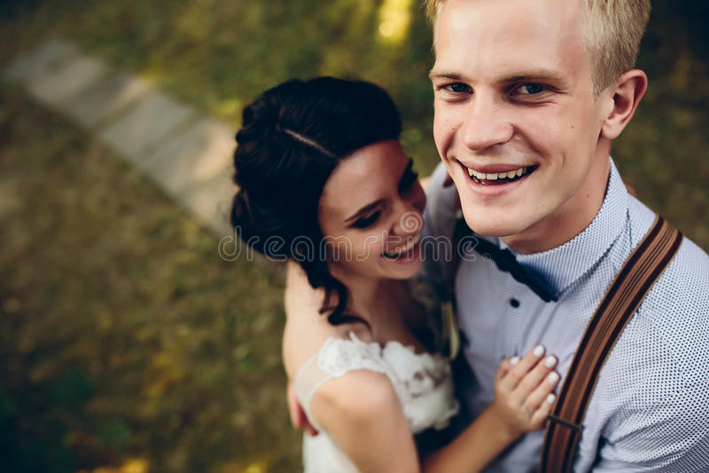 Download Levantamento Bonito Dos Pares Do Casamento Imagem de Stock - Imagem de caucasiano, bridal: 65577037