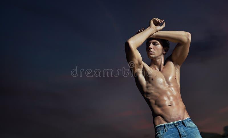 Levantamento considerável do bodybuilder fotografia de stock
