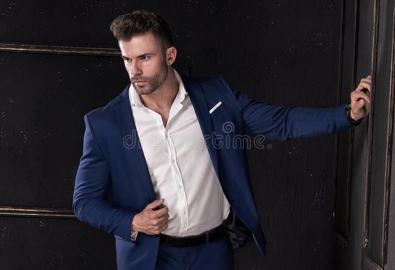 Levantamento considerável elegante do homem fotografia de stock royalty free