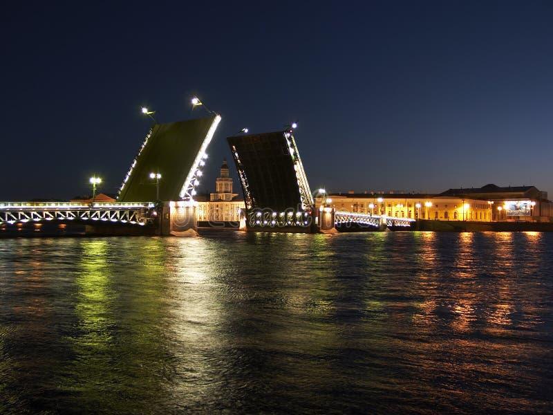 Levantamento da ponte do palácio imagem de stock