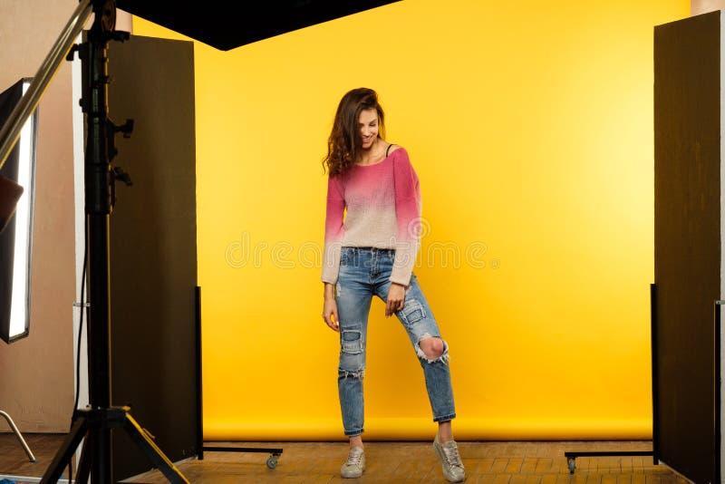 Levantamento de bastidores da menina do photoshoot do estilo de vida modelo fotos de stock