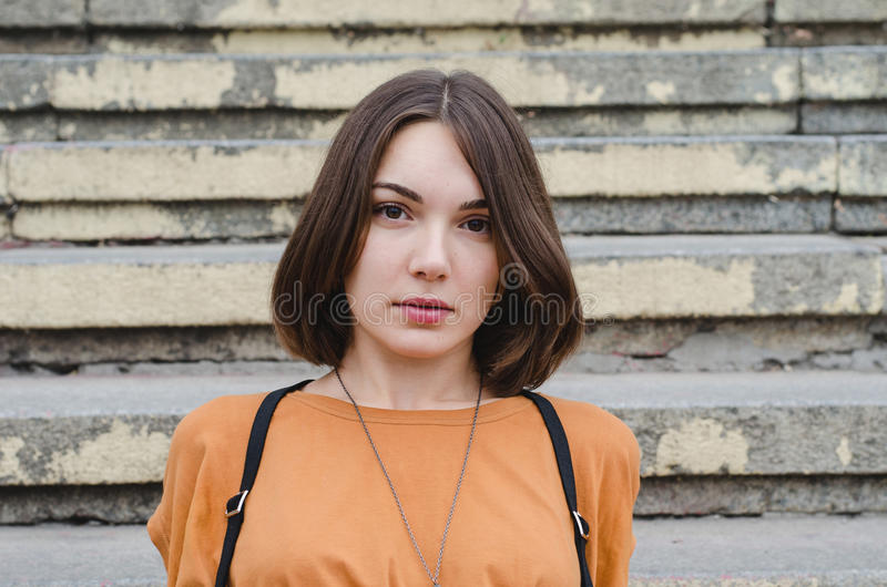 Levantamento de cabelo escuro bonito da menina foto de stock