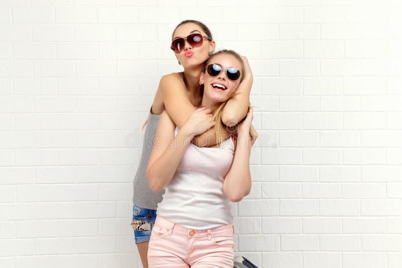 Levantamento de dois amigos Estilo de vida moderno Dois melhores amigos 'sexy' à moda das meninas do moderno prontos para o parti fotografia de stock