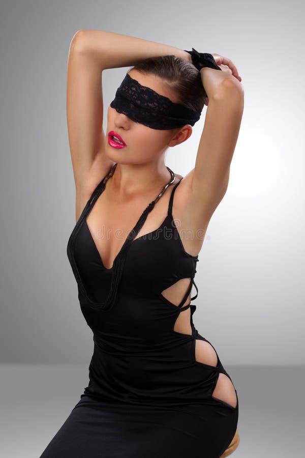 Levantamento de olhos vendados atrativo da menina imagens de stock royalty free