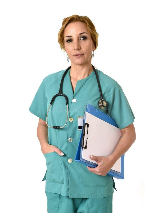 Levantamento do doutor ou da enfermeira da emergência da DM da mulher sério com estetoscópio foto de stock
