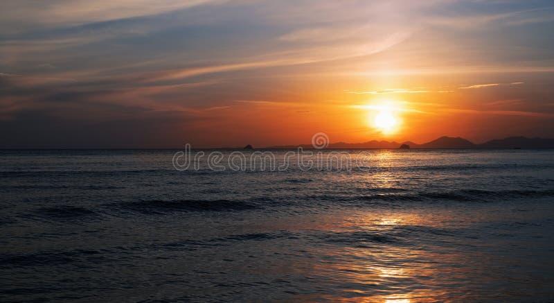Levantamento do sol de manhã cedo sobre o mar fotografia de stock royalty free