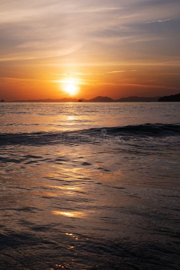 Levantamento do sol de manhã cedo sobre o mar fotos de stock