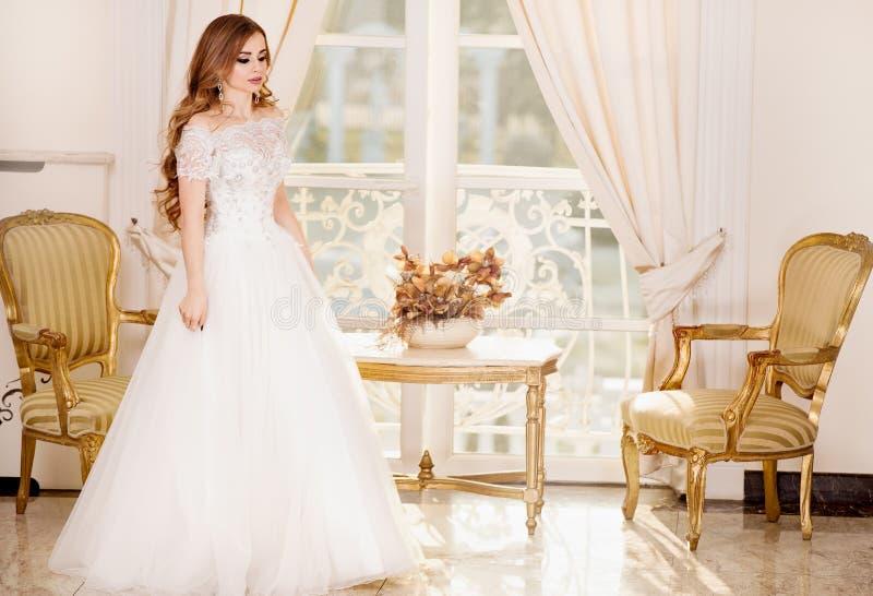 Levantamento elegante da mulher da noiva imagens de stock royalty free