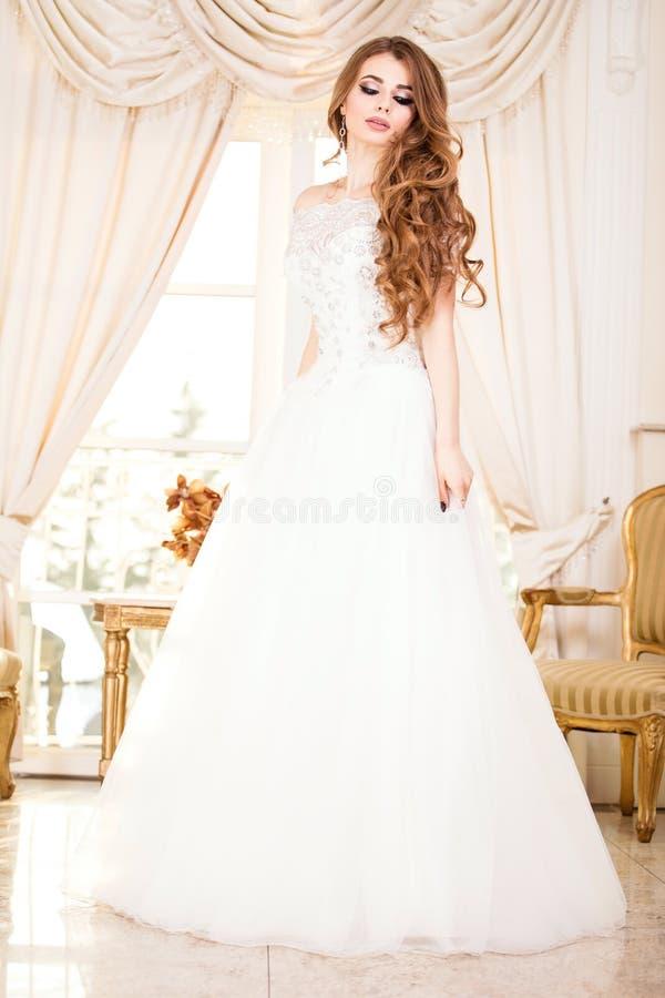 Levantamento elegante da mulher da noiva foto de stock royalty free