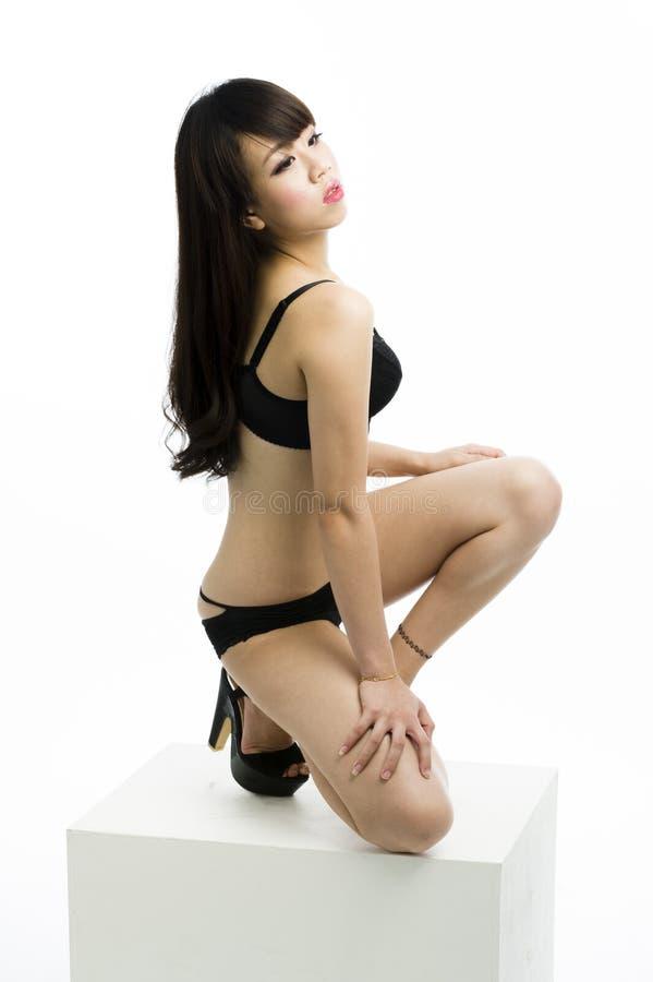 Levantamento fêmea asiático novo. foto de stock