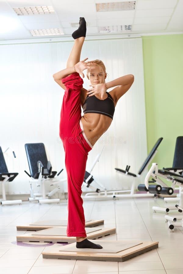 Levantamento fêmea bonito do gymnast imagens de stock royalty free