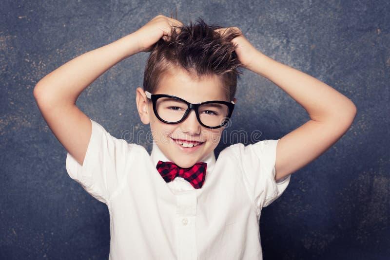 Levantamento feliz do rapaz pequeno imagens de stock royalty free