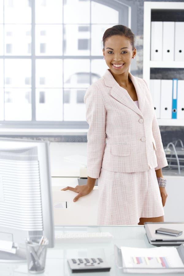 Levantamento feliz do trabalhador de escritório imagens de stock