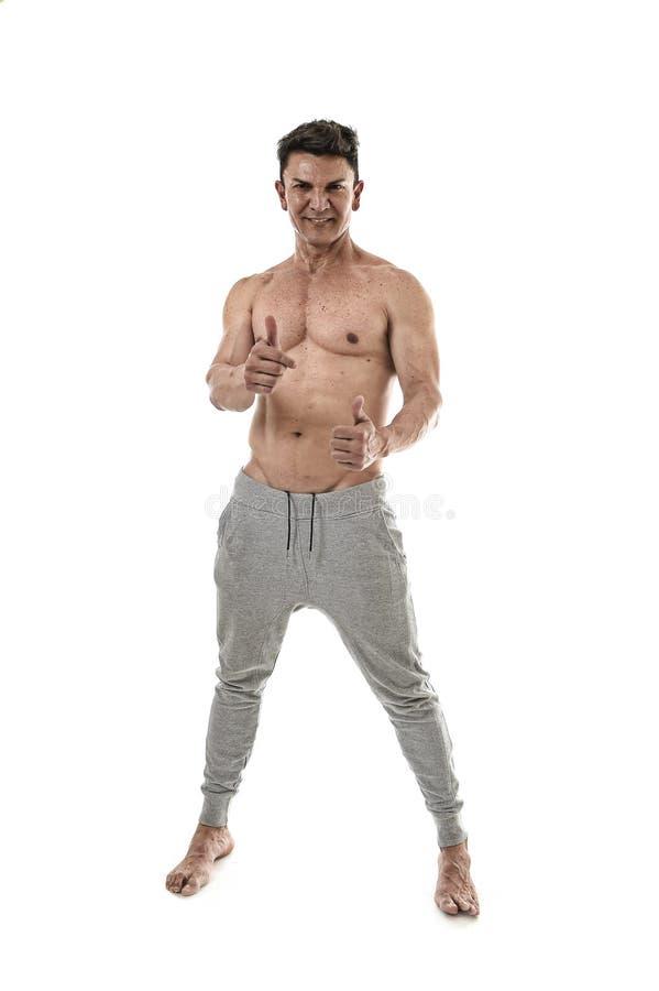 levantamento latino-americano do homem e do halterofilista do esporte 40s feliz com corpo muscular apto da exibição despida forte imagem de stock royalty free