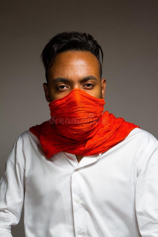 Download Levantamento Latino Do Homem Interno Sobre Uma Parede Cinzenta Imagem de Stock - Imagem de scarf, latin: 65579373