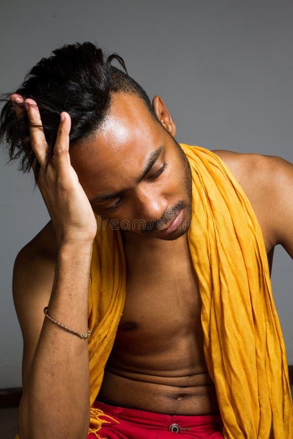Download Levantamento Latino Do Homem Interno Sobre Uma Parede Cinzenta Foto de Stock - Imagem de masculine, inside: 65579470