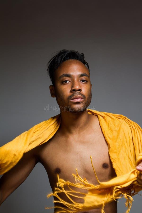 Download Levantamento Latino Do Homem Interno Sobre Uma Parede Cinzenta Foto de Stock - Imagem de latin, hairstyle: 65579588