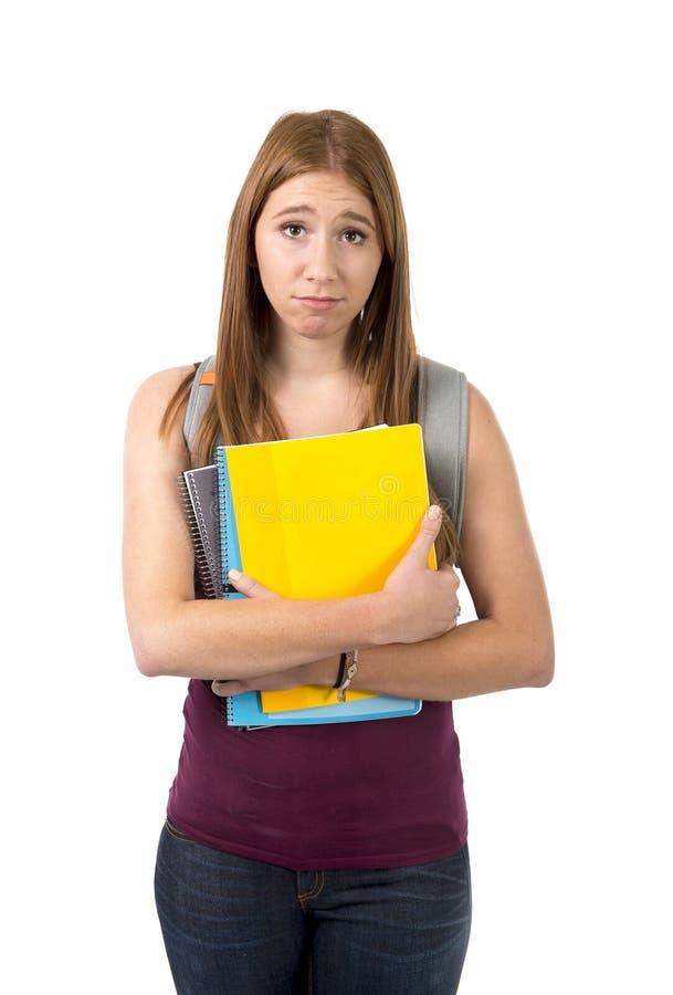 Levantamento levando da trouxa e dos livros da menina bonita nova da estudante universitário furado e esforço na educação da univ foto de stock