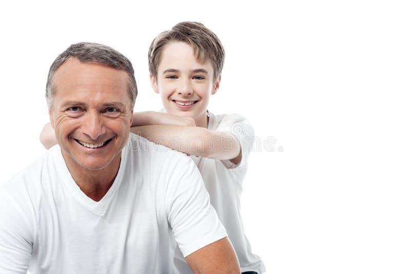 Levantamento maduro feliz do pai e do filho fotografia de stock royalty free