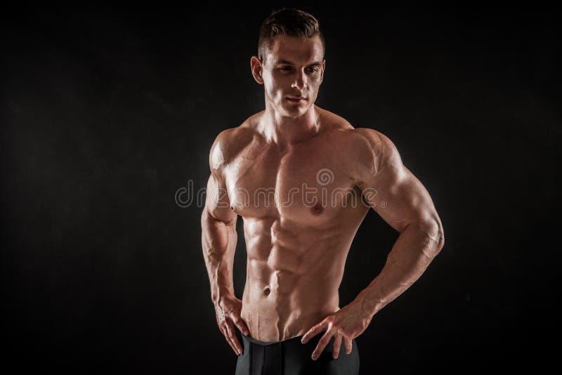 Levantamento masculino novo descamisado atlético do modelo da aptidão fotografia de stock royalty free