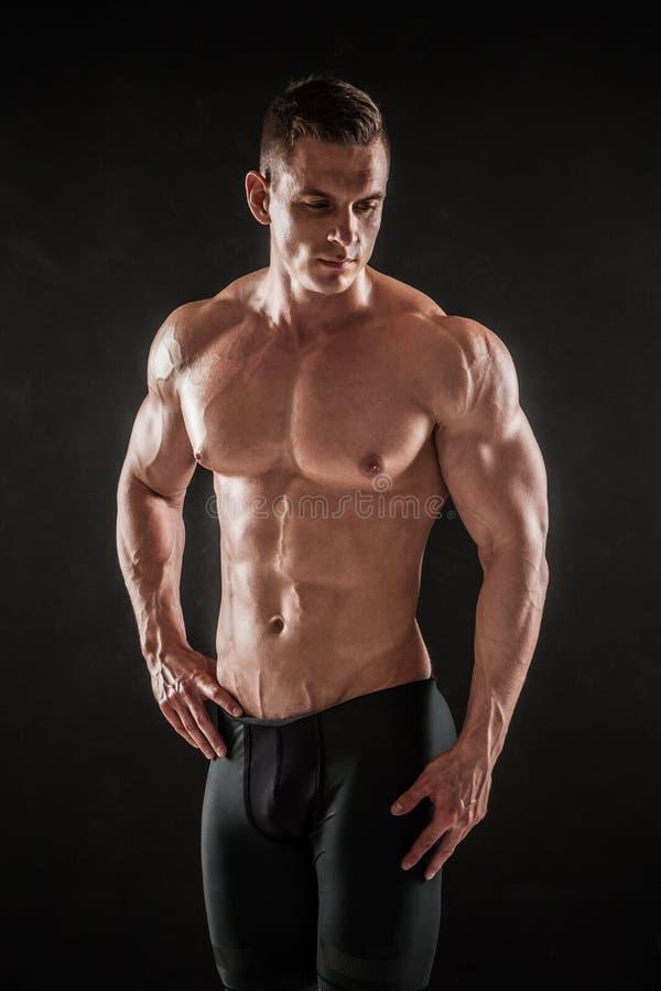 Levantamento masculino novo descamisado atlético do modelo da aptidão fotografia de stock