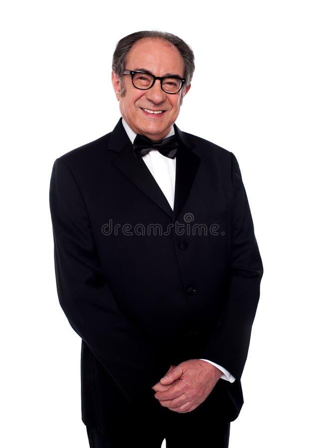 Levantamento masculino sênior de sorriso vestido poço fotos de stock