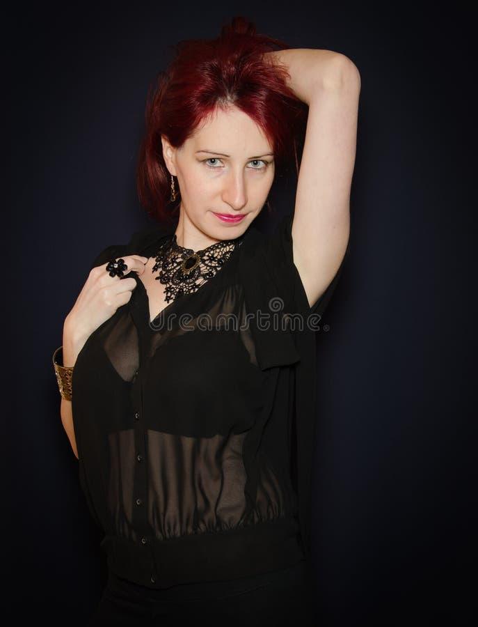 Levantamento modelo da mulher bonita no vestido elegante fotografia de stock