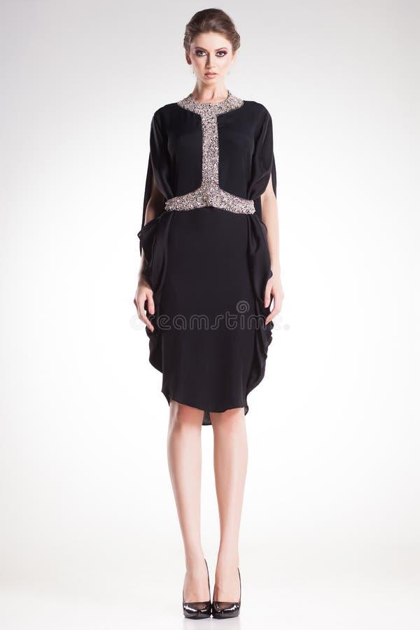 Levantamento modelo da mulher bonita no vestido preto elegante com diamantes fotos de stock royalty free