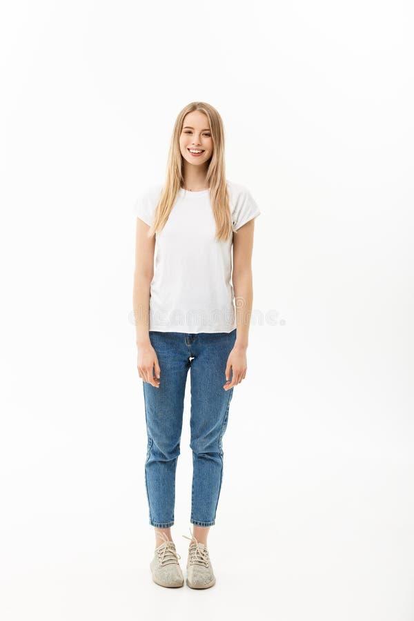 Levantamento modelo da mulher ereta bonita em um fundo branco imagem de stock