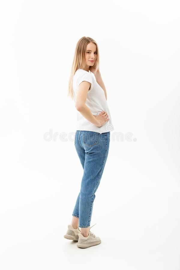 Levantamento modelo da mulher ereta bonita em um fundo branco foto de stock