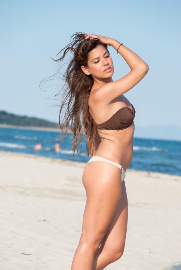 Levantamento modelo do biquini bonito na praia imagens de stock