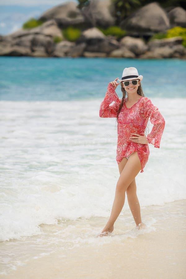 Levantamento modelo do biquini moreno novo na praia fotos de stock