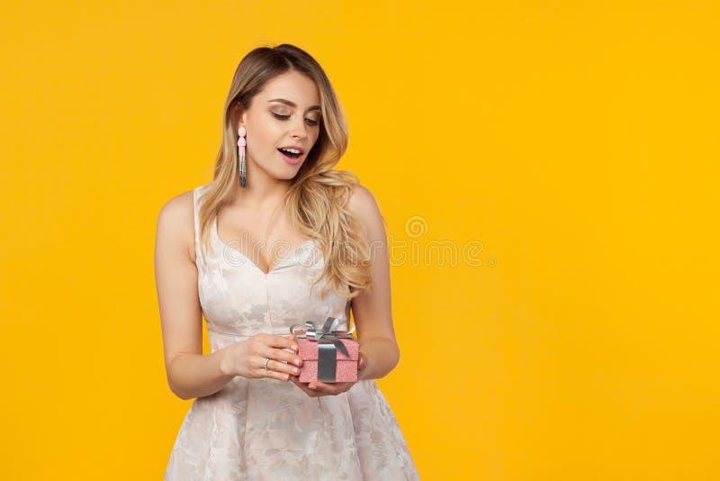Levantamento modelo encantador com giftbox foto de stock