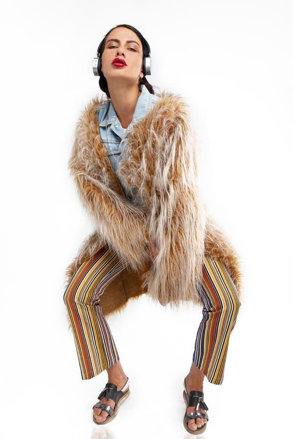 Levantamento modelo excêntrico em um casaco de pele imagens de stock
