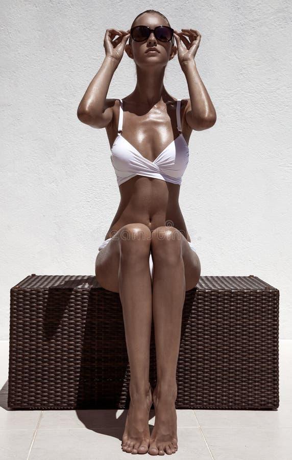Levantamento modelo fêmea bronzeado bonito fotografia de stock