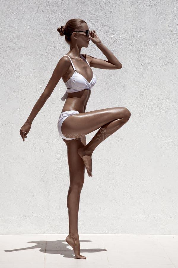Levantamento modelo fêmea bronzeado bonito fotografia de stock royalty free