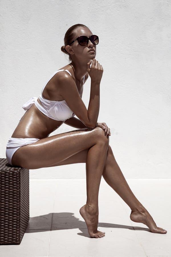 Levantamento modelo fêmea bronzeado bonito foto de stock royalty free
