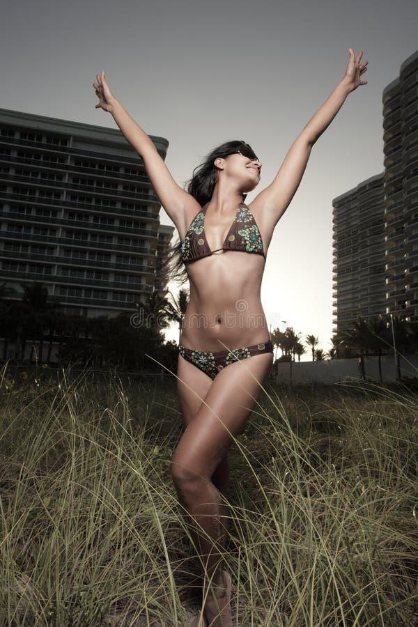 Levantamento modelo fresco nas dunas imagens de stock royalty free