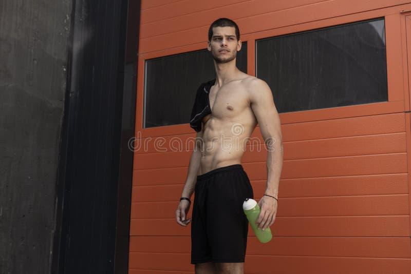 Levantamento modelo masculino Muscled foto de stock royalty free