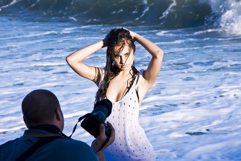 Levantamento modelo novo na praia fotografia de stock