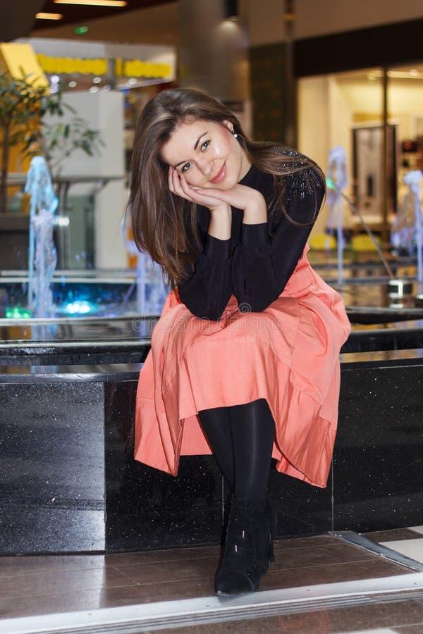 Levantamento moreno de sorriso da mulher fotografia de stock