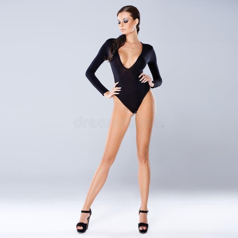 Levantamento moreno 'sexy' no cinza fotos de stock royalty free