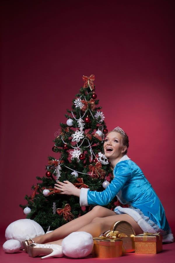 Levantamento novo da neve feliz com árvore de Natal fotografia de stock