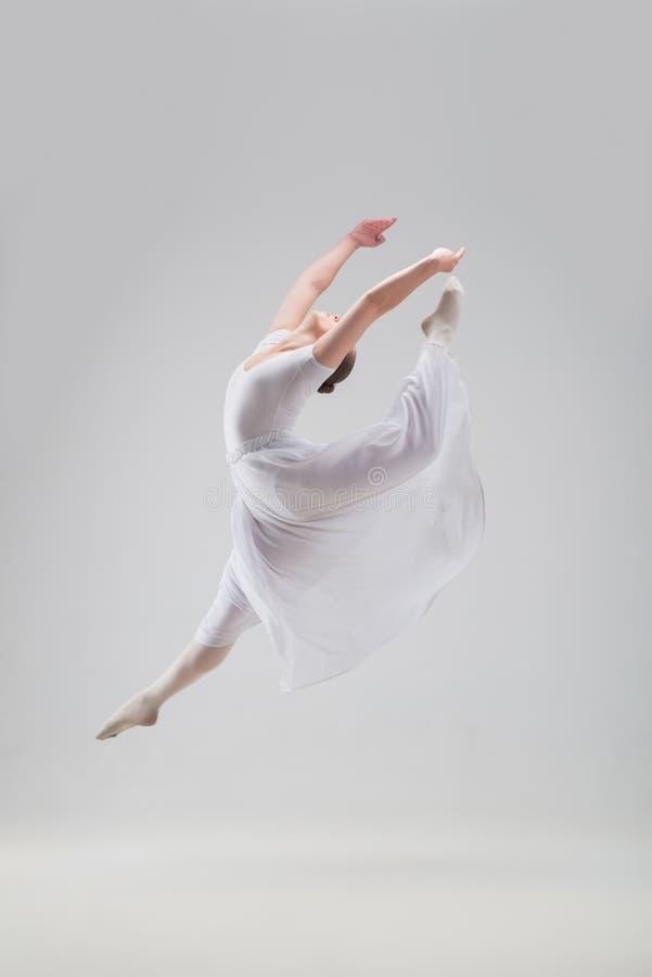 Levantamento novo e bonito do dançarino de bailado isolado imagem de stock royalty free