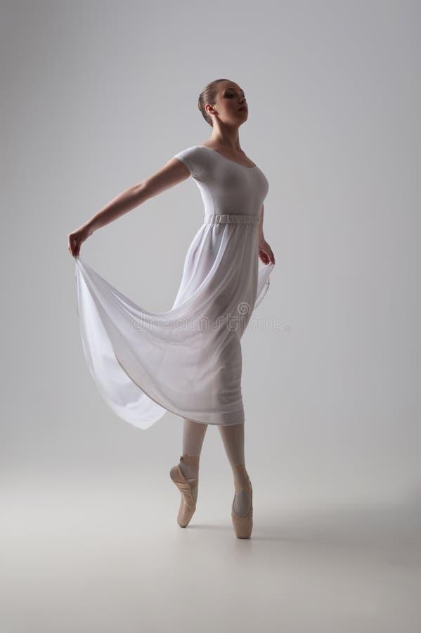 Levantamento novo e bonito do dançarino de bailado isolado imagens de stock royalty free