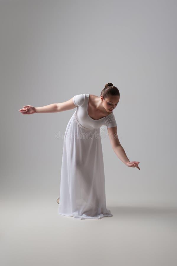 Levantamento novo e bonito do dançarino de bailado isolado fotografia de stock