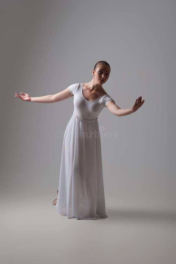 Levantamento novo e bonito do dançarino de bailado isolado fotos de stock