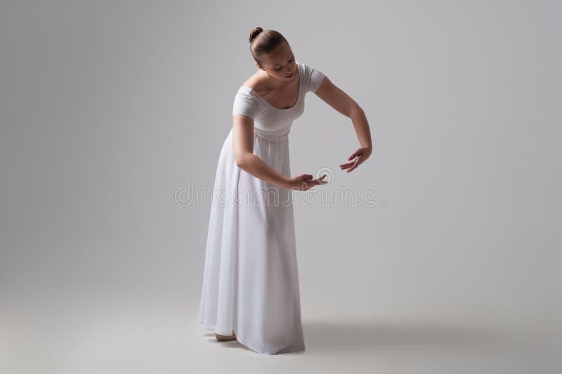 Levantamento novo e bonito do dançarino de bailado isolado foto de stock