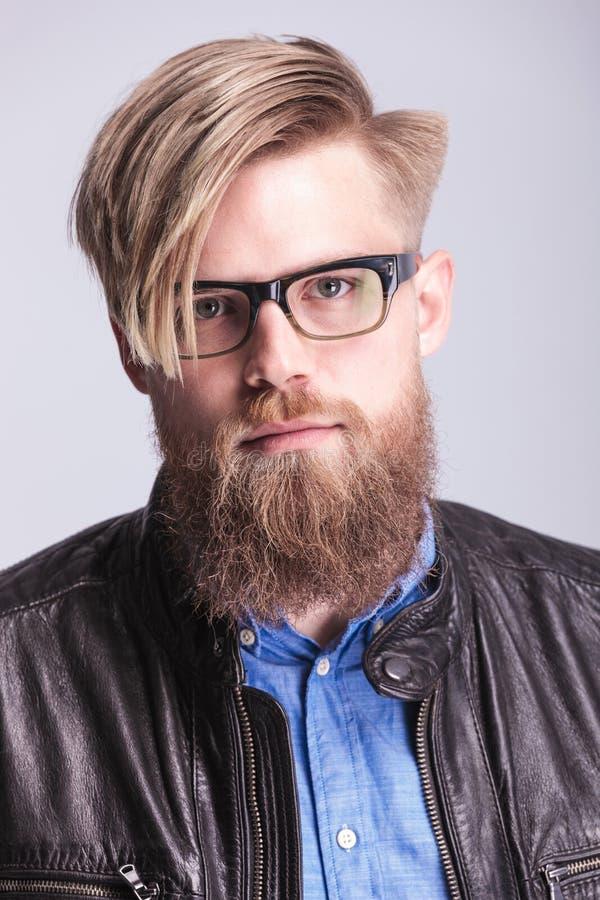 Levantamento ocasional do homem da barba longa imagem de stock